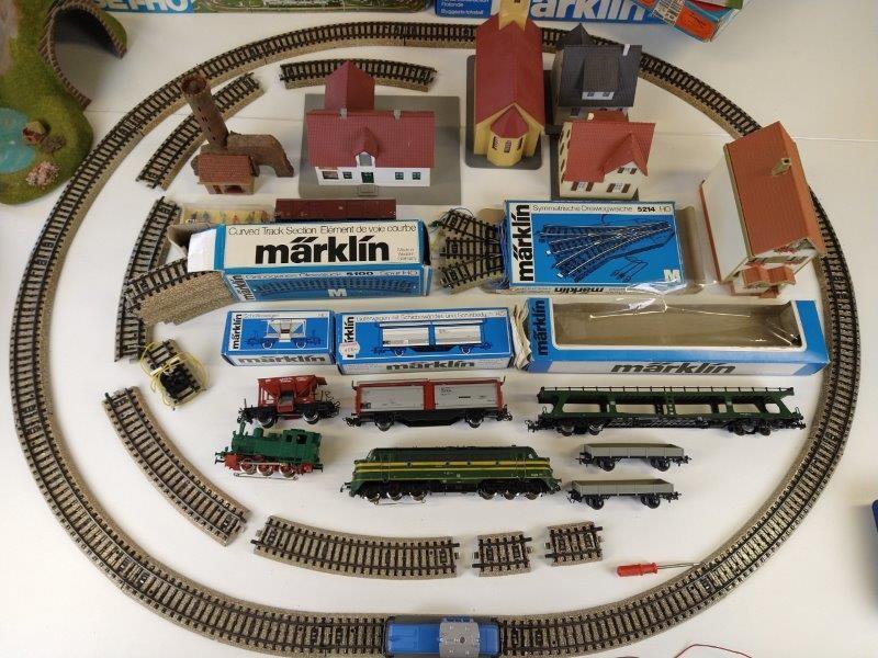 Lot voor de treinmodelbouw: sporen, wagons, boompjes, huizen,kerk,tunnels