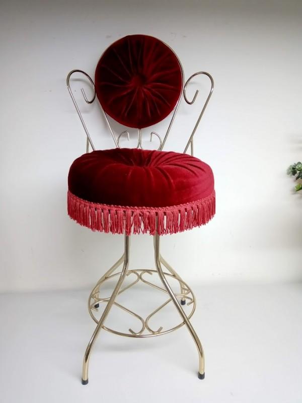 goudkleurig stoeltje met rood flluweel