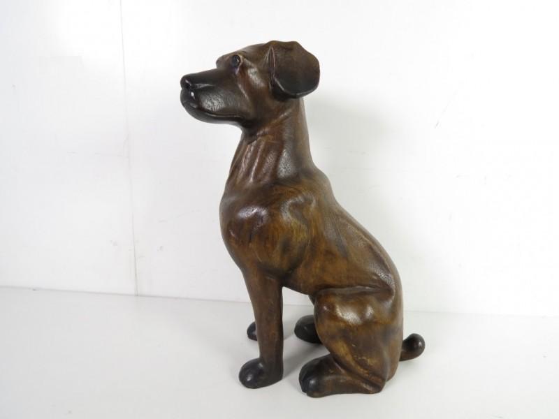 Houten beeld van hond