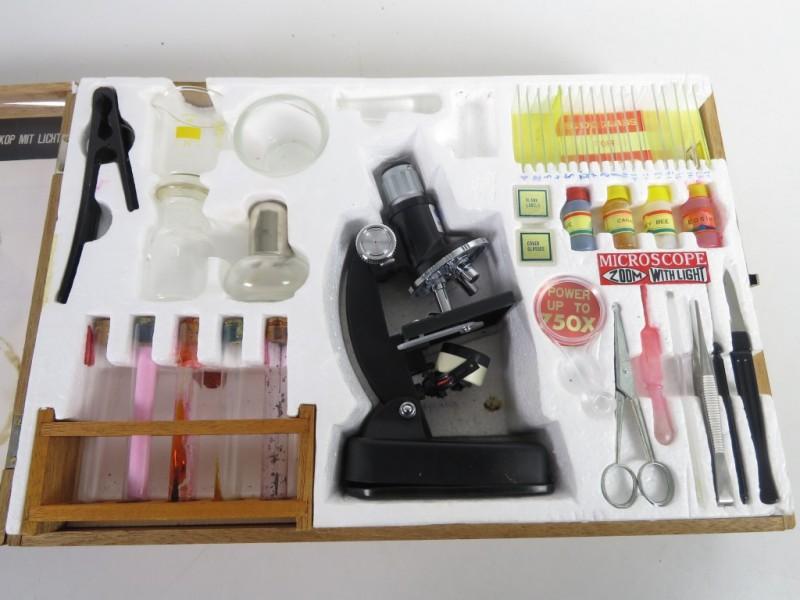 Vintage speelgoedmicroscoop in houten doos