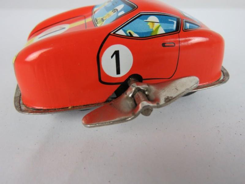 Mariabeeld onder glazen stolp