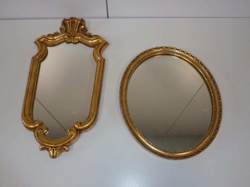 Duo spiegeltjes met een houten lijst.