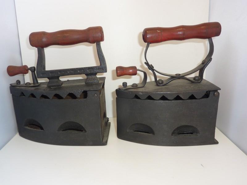 Duo antieke strijkijzers in smeedijzer