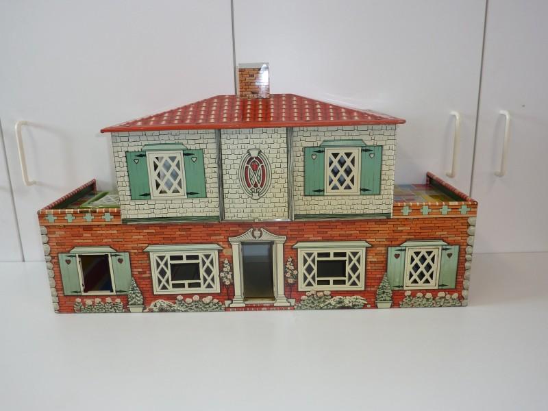 Oud poppenhuisje gemaakt uit blik