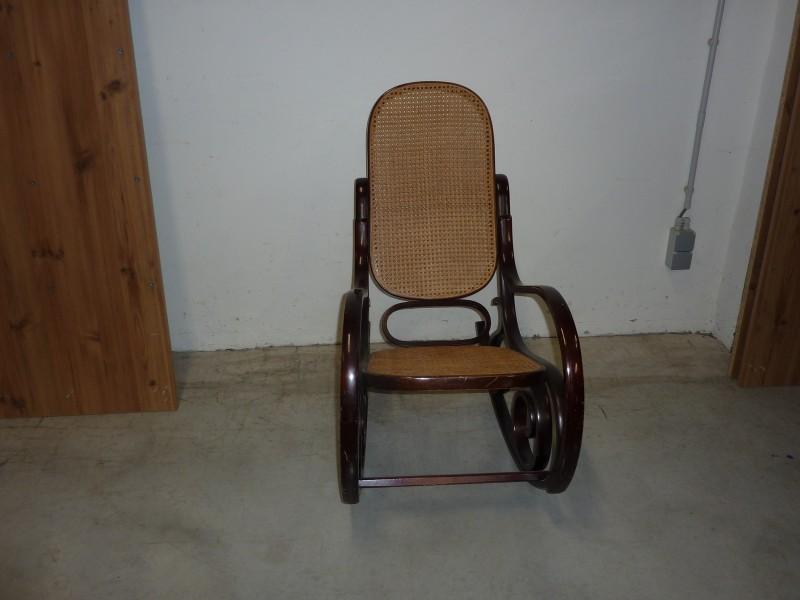 Mooie schommelstoel met rieten rug en zitvlak