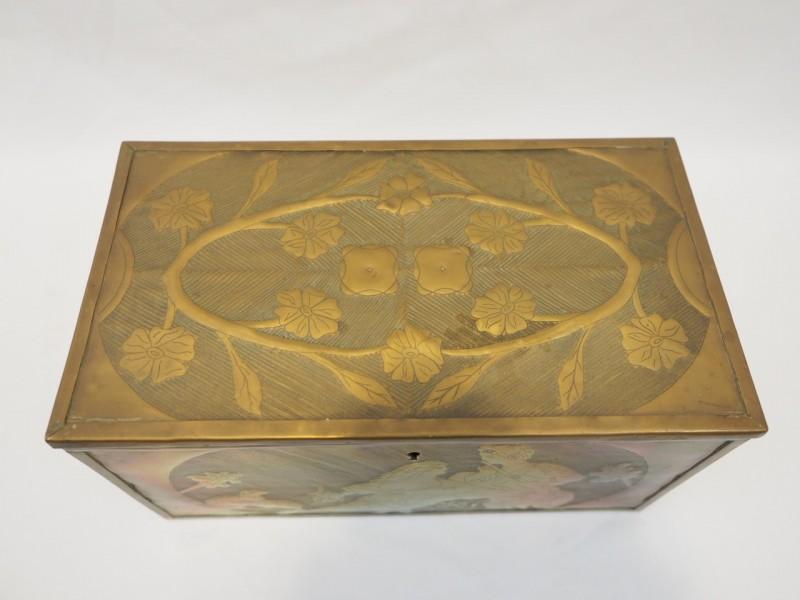 Houten koffertje met koper beslagen reliëfplaten
