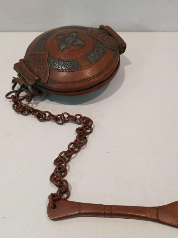 Oud bronzen zakbeugeltje voor zalf en/of kruiden